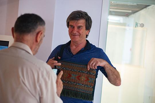 У Апанди Магомедова есть серия «Посвящение кизяку», который служил топливом для дагестанских семьей