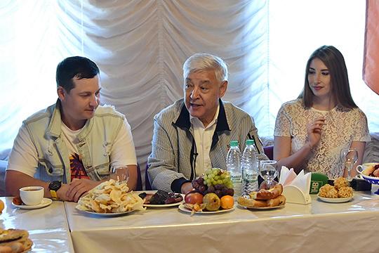 Высокого гостя посадили насамом почетном месте, справа ислева отнего расположилишь Татар Малай и его жена Илюза