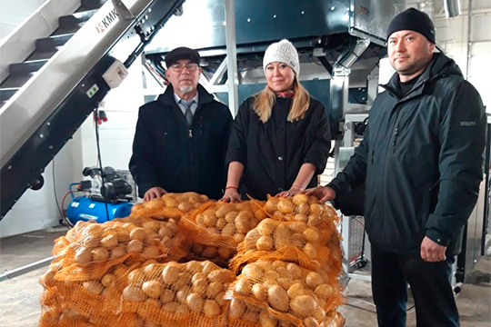 «Унего [Минталипа Минеханова] прекрасные картофель, свекла, морковь. Вбольшие сети фермерам сложно заходить, новтеже школы мыже можем местную продукцию поставлять…»