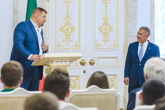В первую очередь Минниханов наградил главного тренера «Зенита-Казань» Владимира Алекно Орденом Дружбы
