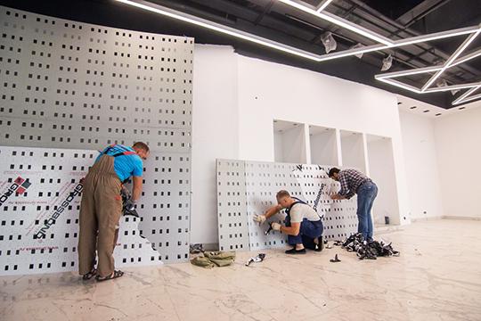 Почти через стенку от шоу-рума расположены просторные цеха завода, в строительство которого было вложено $50 млн