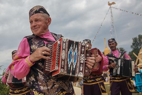 «Важнейшей разделительной линией между этими двумя состояниями татарской нации, являлся характер культуры — как уже указывалось, в первом (советском) он был «деревенским», во втором — «городским»