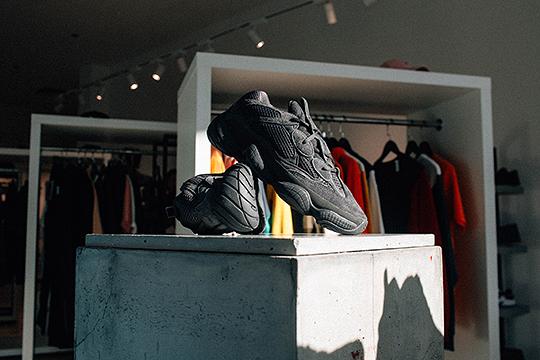 ВКазани сегодня откроется продажа кроссовок Adidas Yeezy 500 Utility Black