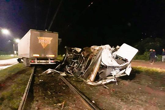 «От удара седельным тягачом пассажирский Ford так искорежило, что, казалось бы, выжить внутри не смог бы никто. К счастью, в салоне в это время находились лишь две пассажирки и обе они остались живы»