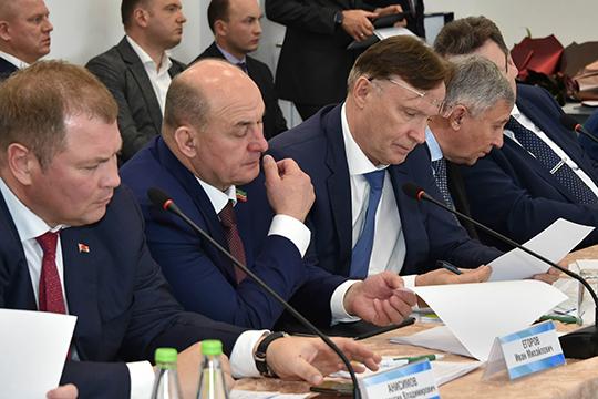 Сергей Когогин(справа) поднял проблему, что новые автопоезда слишком длинныеиневсегда помещаются назаправках, арасцеплять ихслишком долго