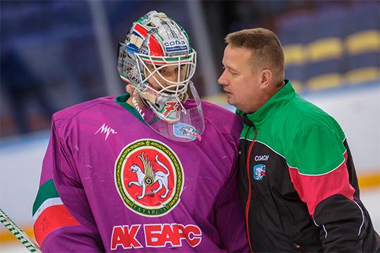 Восстановление Гарипова затянулось из-за ухода тренера вратарейАри Мойсанена(справа) — финн летом подписал двухлетний контракт, новначале октябряпокинул клуб