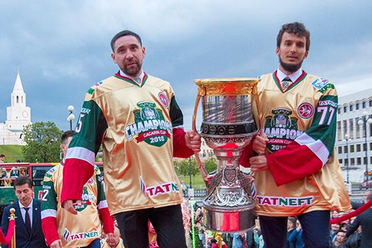 Эмиль Гарипов (справа)—один изсамых важных игроков «АкБарса» вчемпионский сезон 2017/18— впоследний раз играл вКХЛ 21декабря 2018-го. Почти год онлечится оттравмы спины, иждать его возвращения нестоит ещё как минимум месяц
