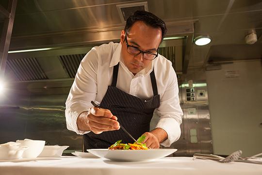 """«Эксперты """"Мишлен"""" приходят туда, где есть авторская кухня. Национальная кухня в справочник не берется, как и модные рестораны. Только те заведения, где великие шефы творят что-то свое»"""