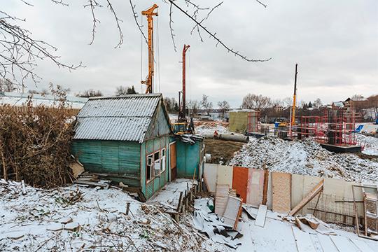 На участке помимо нового дома, ещё два небольших садовых домика, оставшихся от прежних хозяев