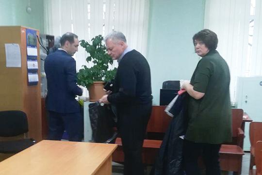 Федоров (в центре), его супруга иадвокатИлдар Исламов, дистанцировавшись отжурналистов, провели около зала заседаний, полушепотом обсуждая детали дела