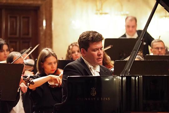 Впервом отделении Мацуев предсказуемо был виртуозен иэкспрессивен— всонатах Бетховена слушатели снова стали свидетелями откровенного разговора композитора ипианиста