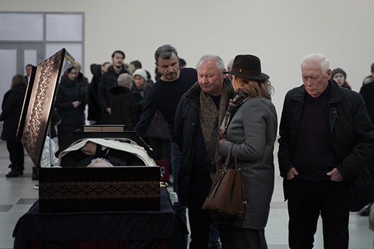 Натраурный митинг собралось очень много народу— родные иблизкие Султана Шавкатовича, его друзья, его коллеги-предприниматели, скоторыми начинал свой бизнес в90-х иуспешно вел все эти годы