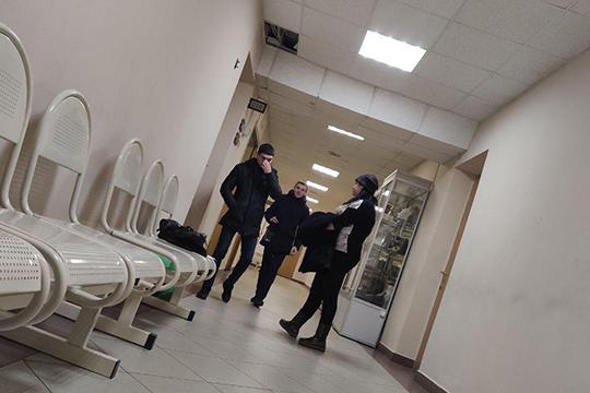 Еще до начала судебных заседаний по избранию мер пресечения для мужчин в коридоре уже начались споры