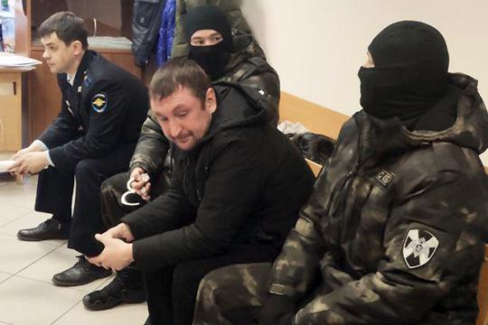 Следствие считает, что, кроме пистолета, приехавшие на Mazda были вооружены «предметом, похожим на автомат Калашникова», из которого Халитовым были сделаны три выстрела