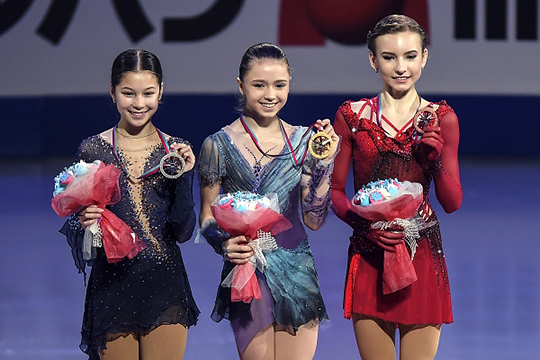 Алиса Лью (США), Камила Валиева (Россия), завоевавшая золотую медаль и Дарья Усачева (Россия)