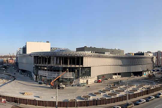 «Ужасное серое здание», как некоторые успели окрестить одевшийся алюминиевыми панелями фасад, сейчас обретает свою изюминку