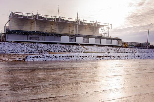 ВЧелнах официально уже открыли ледовую площадку натерритории ипподрома.Площадь его28тыс. квм.