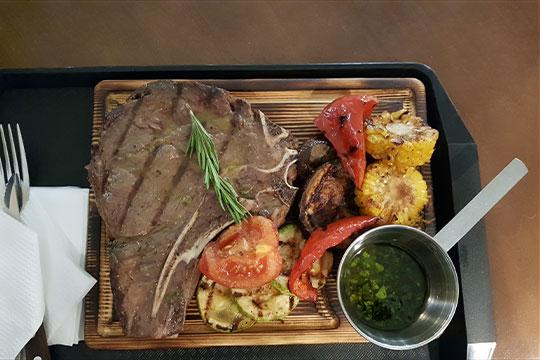 Стейк на кости — аналог «ти-бона», но с повышенным содержанием жил и жировых прожилок, впрочем, мясо между ними вполне неплохое