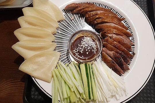 Технологию приготовления утки по-пекински повара в «Каоя» изучали в столице Китая и строго соблюдают технологию. Птица в итоге готовится, как уверяют в «Фабрике», 18 часов и получается такой же, как в Пекине