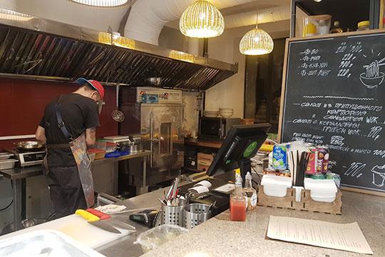 Отличить посетителей от работников можно только по фартукам, а на поварах еще и шапочка
