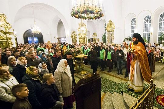 «Есть церковная традиция петь вэти дни так называемые «рождественские колядки». Это подражание подвигу волхвов, которые шли насвет Вифлеемской звезды кХристу ипринесли дары»