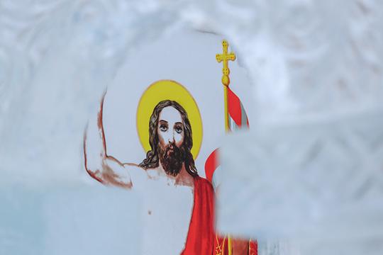 «ВРождестве мывидим пришествие Бога наземлю ввиде младенца, рожденного ввертепе. АвКрещение, которое празднуется непосредственно заРождеством, мыуже получаем откровение Бога людям, явление Христа народу»