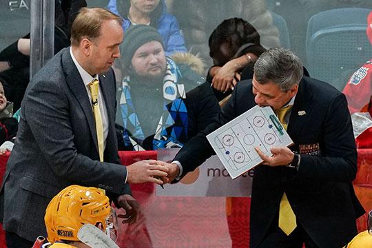 Дмитрий Квартальнов тоже запомнился перфомансом. Команда проигрывала, и тренер взял тайм-аут. Он объяснял что-то игрокам и вдруг откусил планшетку — она оказалась съедобной!