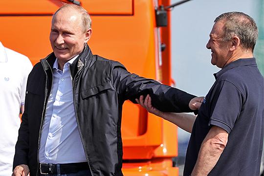 «Старые друзья Путина по конкретным направлениям не работают в правительстве. Они имеют своих людей в правительстве. Как, например, все те же Ротенберги»
