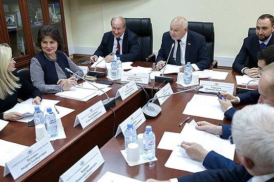 Гильмутдинов незабывал одругих народах, населяющих Россию, внося соответствующие законопроекты. Только за2019 год онвнес шесть авторских законодательных инициатив