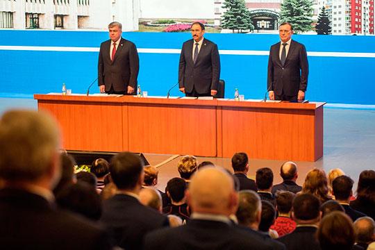 В президиуме по правую сторону от Песошина расположился Магдеев, по левую — гендиректор КАМАЗа Сергей Когогин. Картинка носила некое подобие ринга, где в роли рефери выступал премьер-министр