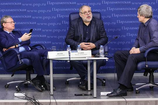 Михаил Хазин (в центре) и Михаил Делягин (слева) во время круглого стола заявили, что никакого улучшения в российской экономике ожидать не приходится