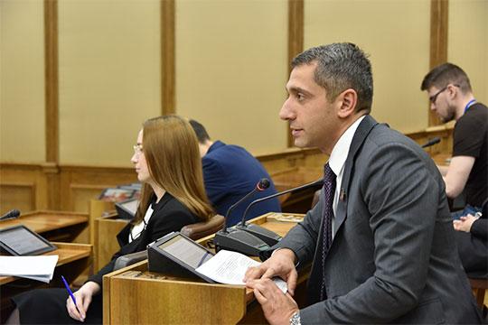 Дискуссию начал депутат Роман Мугерман, который вместе с коллегой Ильдаром Шамиловым подготовили сразу несколько поправок