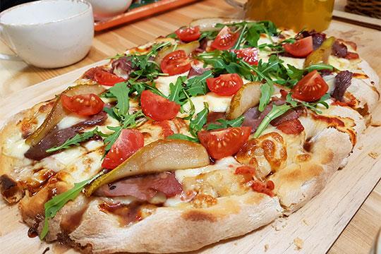 Пицца прямоугольная, пышная, нарядная, с толстым слоем вкусного сыра