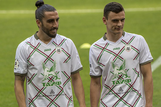 Центральные защитники Филип Уремович (справа) иЧико Флорес (слева)