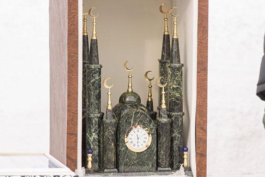 Наилю Магдееву Салават заподдержку автоспорта подарил красивые настольные часы измалахита, выполненные ввиде макета здания мечети