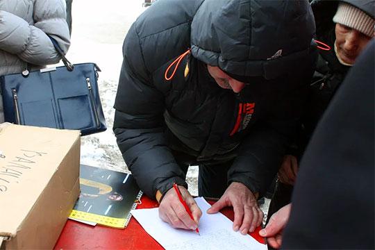 Титов, рассказал, что на митинге собирают подписи под письмом президенту РФ Владимиру Путину с просьбой повлиять на расследование уголовного дела, чтобы оно велось полно и объективно