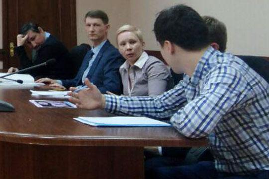 Представитель прокуратуры Булат Фатыхов поинтересовался, чем была обусловлена подача заявки на аренду площадей в Ганновере именно в начале марта