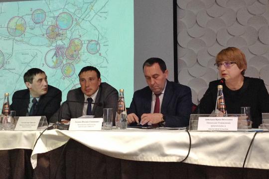 Ильшат Гимаев (второй справа), открывая круглый стол попроблемам застройщиков, сообщил пару хороших новостей
