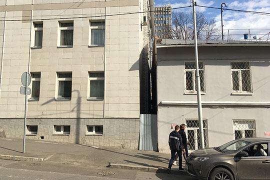Здание УФСИН расположилось настолько близко, что между двумя постройками местами едва можно просунуть руку, не говоря уже о том, чтобы можно было пройти человеку