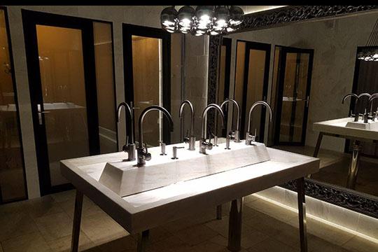 Самое главное— туалет (простите, нотак). Всередине— дизайнерская раковина сдвумя рядами кранов, апокраям— кабинки. Прозрачные. Абсолютно прозрачные