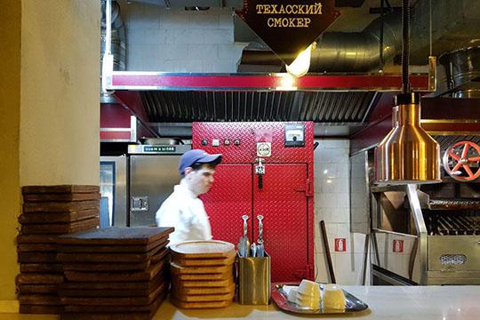 Технически смокер — гибрид коптильни идровяной печи одновременно, очень популярное наюге Штатов