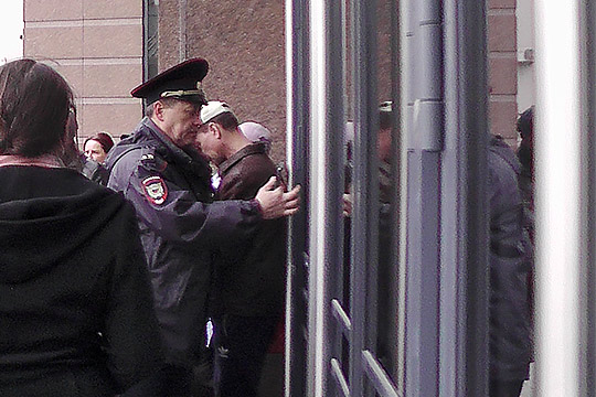 Сотрудники полиции больше никого внутрь не пустили, включая корреспондента «БИЗНЕС Online», — они перешли на осадное положение. Запирали и отпирали дверь на замок каждый раз, когда кто-то выходил из здания