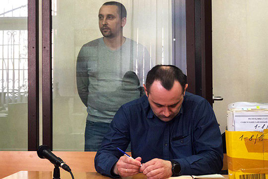 Не признают вину и 39-летний Шамсуллин, а также 37-летний Зараев (на заднем плане)