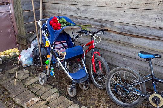 Во дворе до сих пор стоит коляска и детский велосипед
