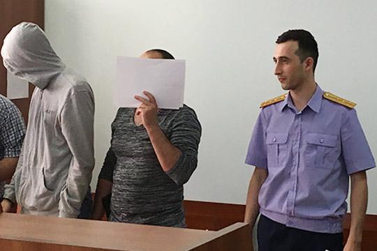 Следователь 3 отдела поособо важным делам СКпоРТБулатШакирянов (слева)
