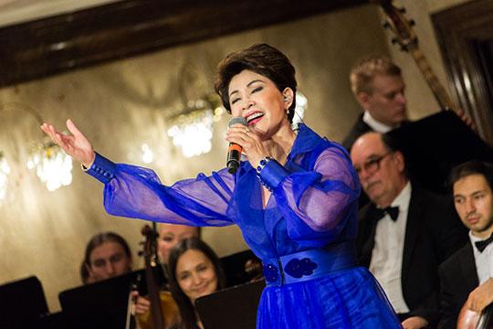 Хедлайнером концерта стала народная артистка Казахстана, звезда советской эстрады Роза Рымбаева. Она вышла на сцену в ярко синем наряде, украшенном казахским орнаментом