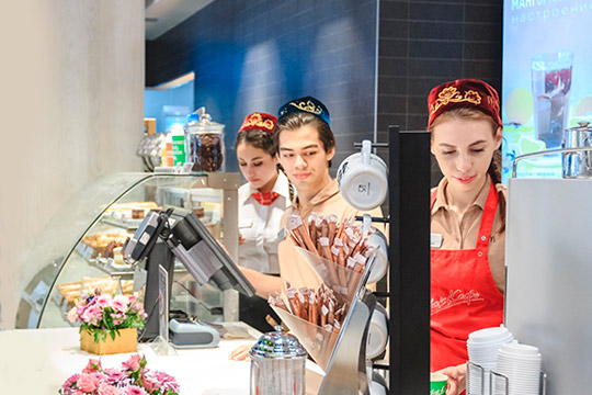 Сегодня более 98% продукции компания закупает упорядка 160 российских производителей – например, картофель – вЛипецкой области, часть упаковки исалаты— вЕлабуге, курятину поставляет «Челны-Бройлер»