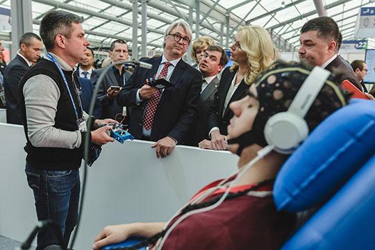 Далее делегация прошла к стенду «Проектирование нейроинтерфейсов». Как оказалось, здесь участники соревнуются в том, чтобы… передвигать предметы с помощью мысли