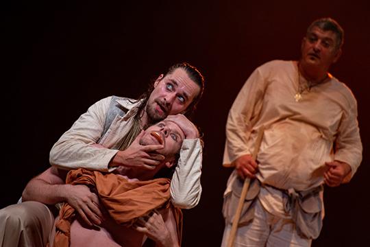 Феодори всвоем спектакле успевает поиздеваться как над современными концептуальными постановками, такинад традиционными