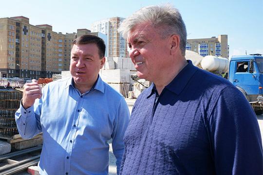 Магдеев (справа) дал понять, что пока планов набудущие годы построительству школ сказать неможет— надо ввести вэксплуатацию строящуюся школу